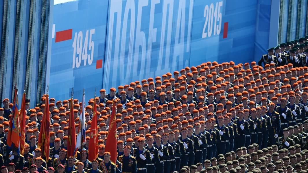 Военнослужащие парадных расчетов во время военного парада в ознаменование 70-летия Победы в Великой Отечественной войне 1941-1945 годов