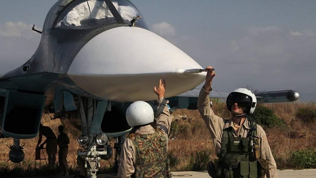 """Российские пилоты самолета Су-34 на авиабазе """"Хмеймим""""в Сирии"""