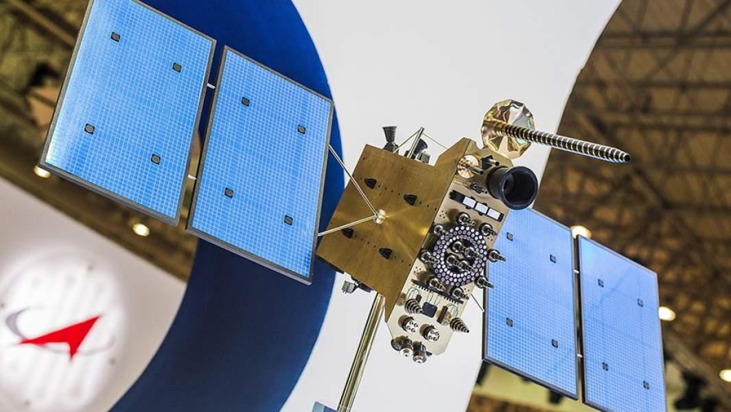 Макет российского космического аппарата серии «Глонасс» на стенде АО «Информационные спутниковые системы»