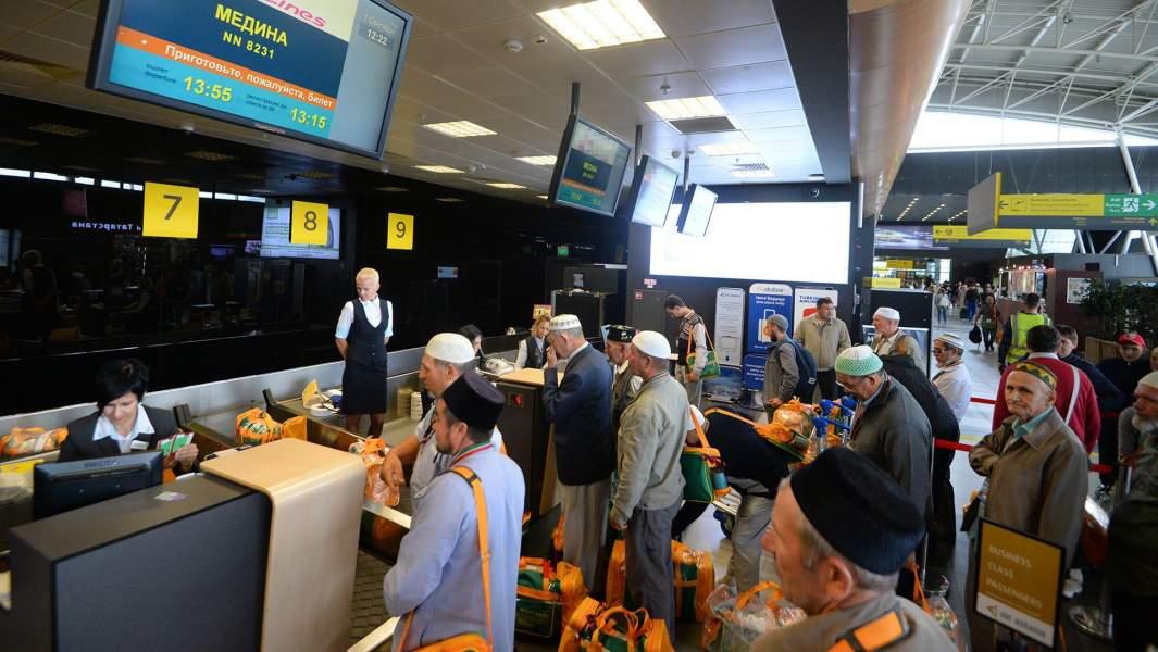 Российские паломники, отправляющиеся на хадж  в аэропорту