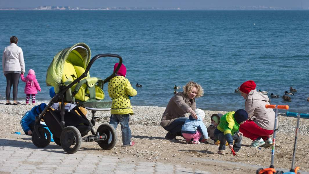дети на набережной