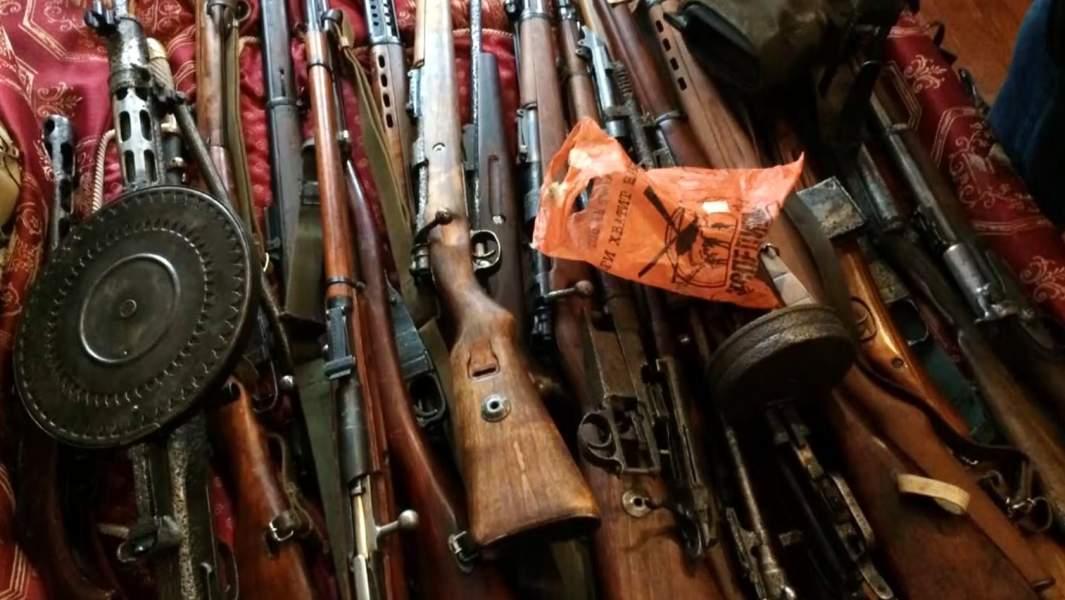 Оружие и боеприпасы, найденные в ходе обысков у членов преступной группы, занимавшейся незаконным оборотом оружия на территории РФ.