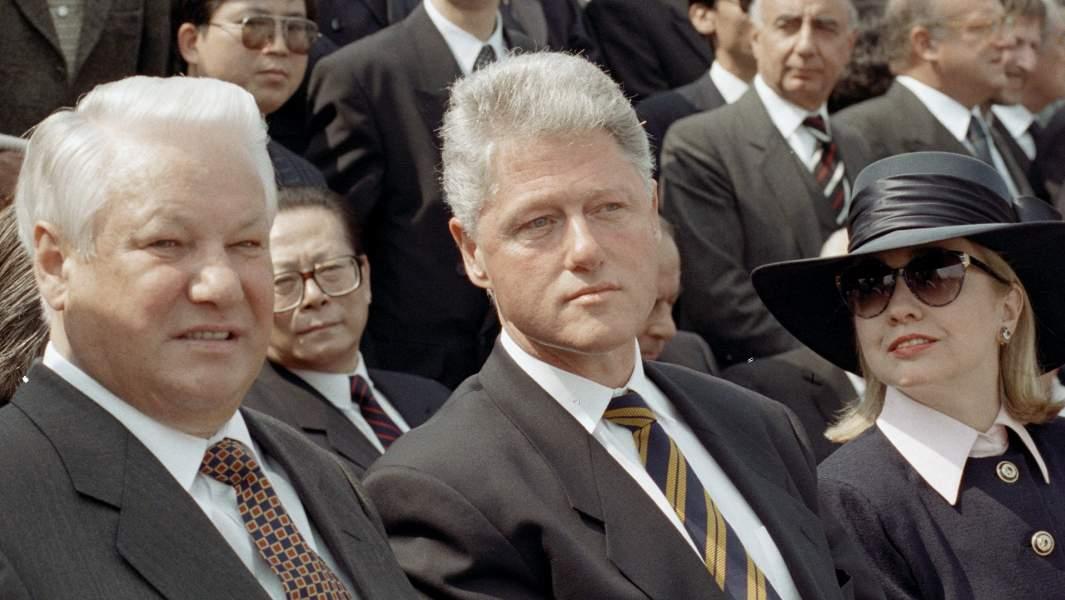 Президент РФ Борис Ельцин (слева), Президент США Билл Клинтон (в центре) и его супруга Хиллари Клинтон (справа) на трибуне во время торжественного парада, посвященного Дню Победы на Поклонной горе. 9 мая 1995 года
