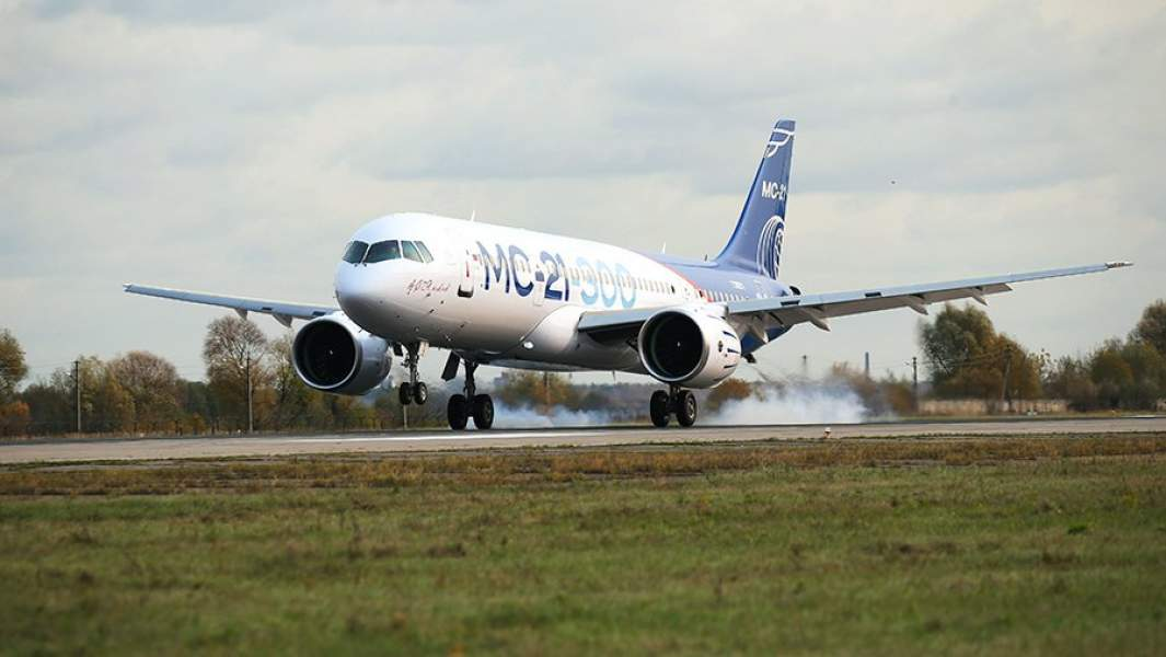 Самолет МС-21 совершает посадку в аэропорту «Жуковский» во время первого перелета из Иркутска. 17 октября 2017 года