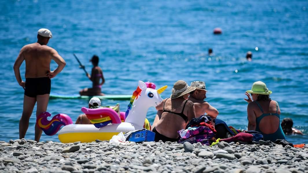 Туристы отдыхают на пляже в Сочи