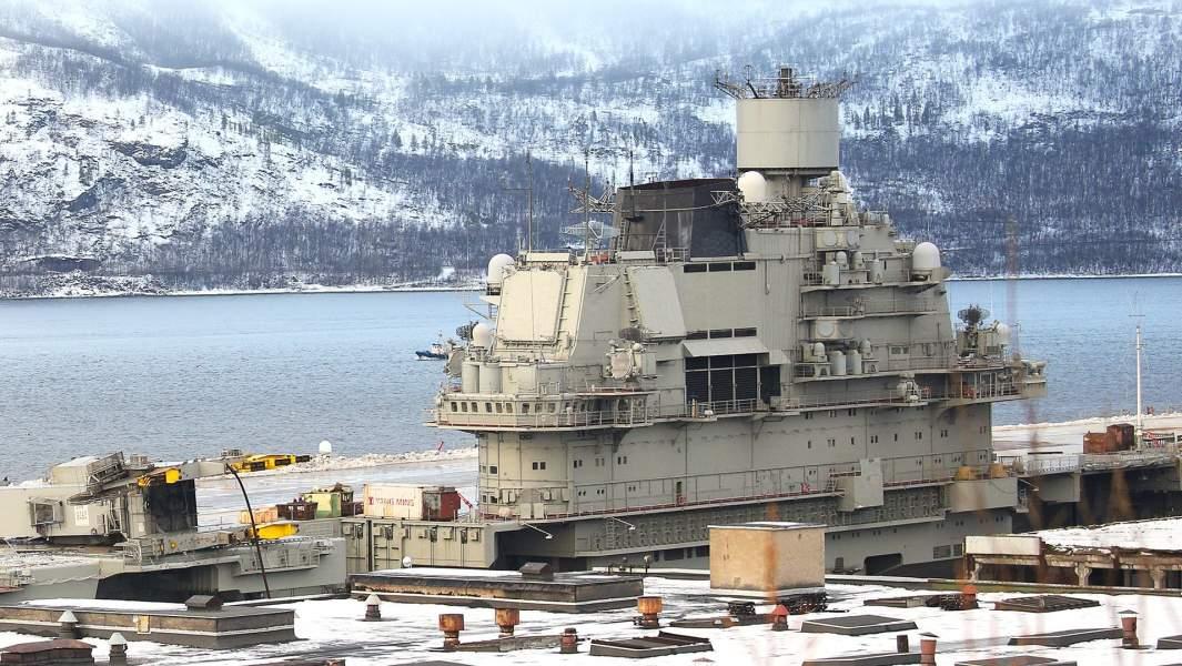 Крейсер «Адмирал Кузнецов» у причала 35-го судоремонтного завода (СРЗ) в Мурманской области. Тяжелый авианесущий крейсер отбуксировали на 35-й СРЗ после инцидента на 82-м СРЗ, в результате которого частично затонул плавдок ПД-50