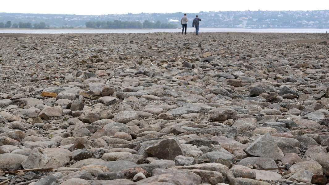 Местные жители на месте старинной пристани - Бакалды, которая обнажилась в результате сильного падения уровня Волги