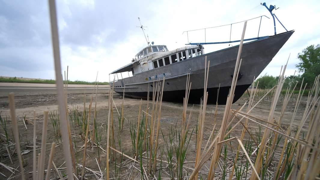 Корабль на отмели у яхт-клуба «Локомотив» в Казани в результате понижения уровня воды в Волге