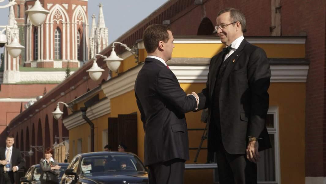 Президент России Дмитрий Медведев встретил в Кремле президента Эстонии Тоомаса Хендрика Ильвеса (слева направо), который прибыл для участия в мероприятиях по случаю 65-летия Победы в Великой Отечественной войне. 9 мая 2010 года