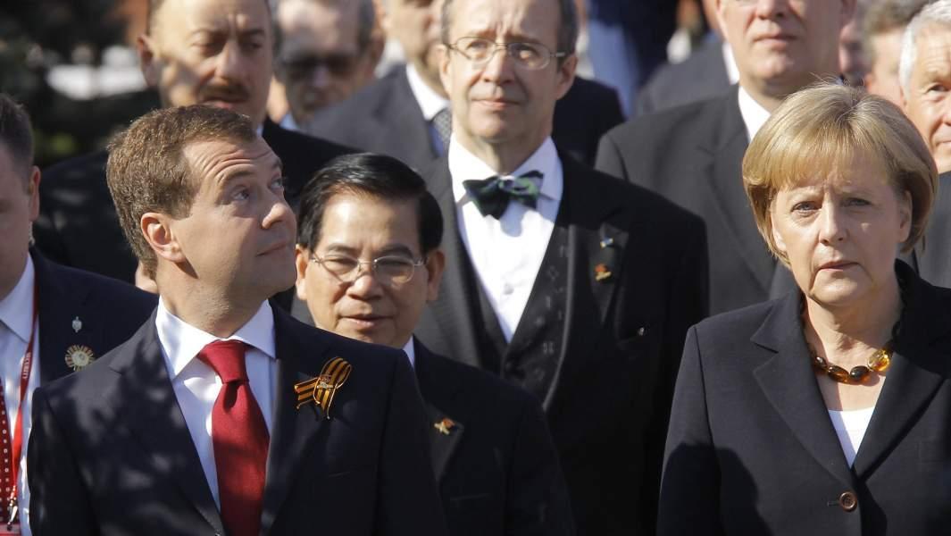Президент России Дмитрий Медведев и канцлер Германии Ангела Меркель на военном параде в честь 65-летия Победы Великой Отечественной войне. 9 мая 2010 года