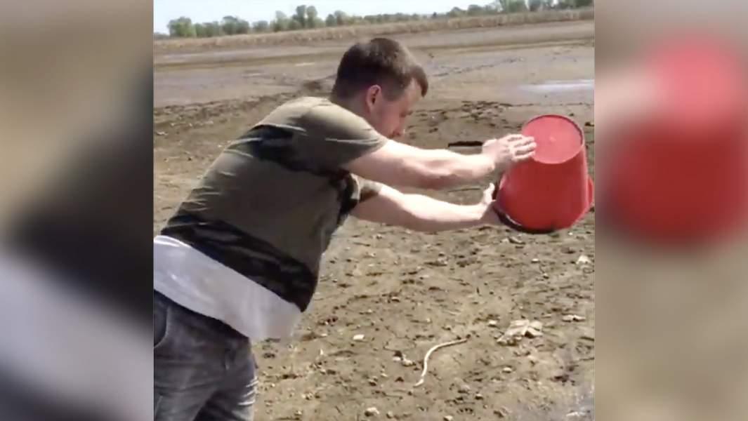 Рыболов Николай Ильин призываетобратить внимание на бедственное положение реки, участвуя во флешмобе