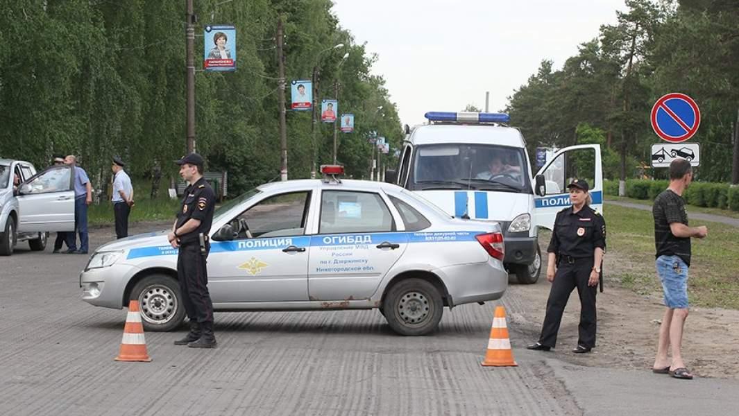Сотрудники полиции и кинологической службы неподалеку от завода «Кристал» в Дзержинске