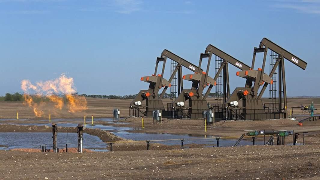 Нефтяные насосы на месторождении в Северной Дакоте, США