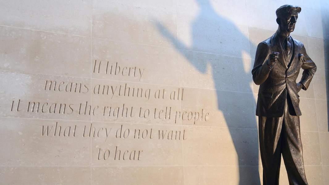 Статуя Джорджа Оруэлла, созданная скульптором Мартином Дженнингсом, в штаб-квартире Би-би-си.Джордж Оруэлл был сотрудником корпорации с 1941 по 1943 год