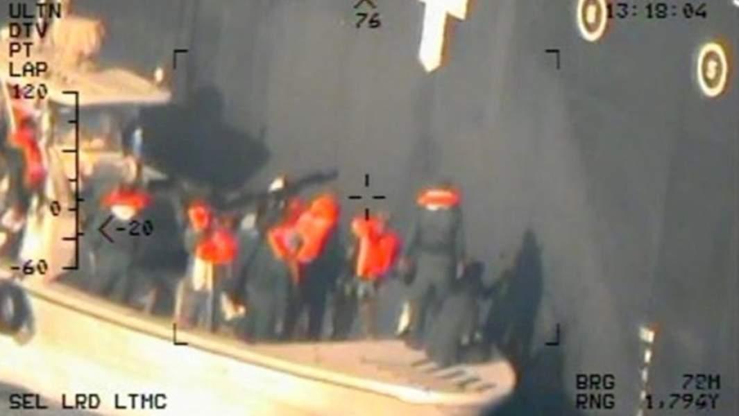 Изображение с камерывертолета ВМС США, на котором, по мнению американской стороны, служащиеКорпуса стражей исламской революции снимают неразорвавшуюся мину с корпуса японского танкераKokuka Courageous