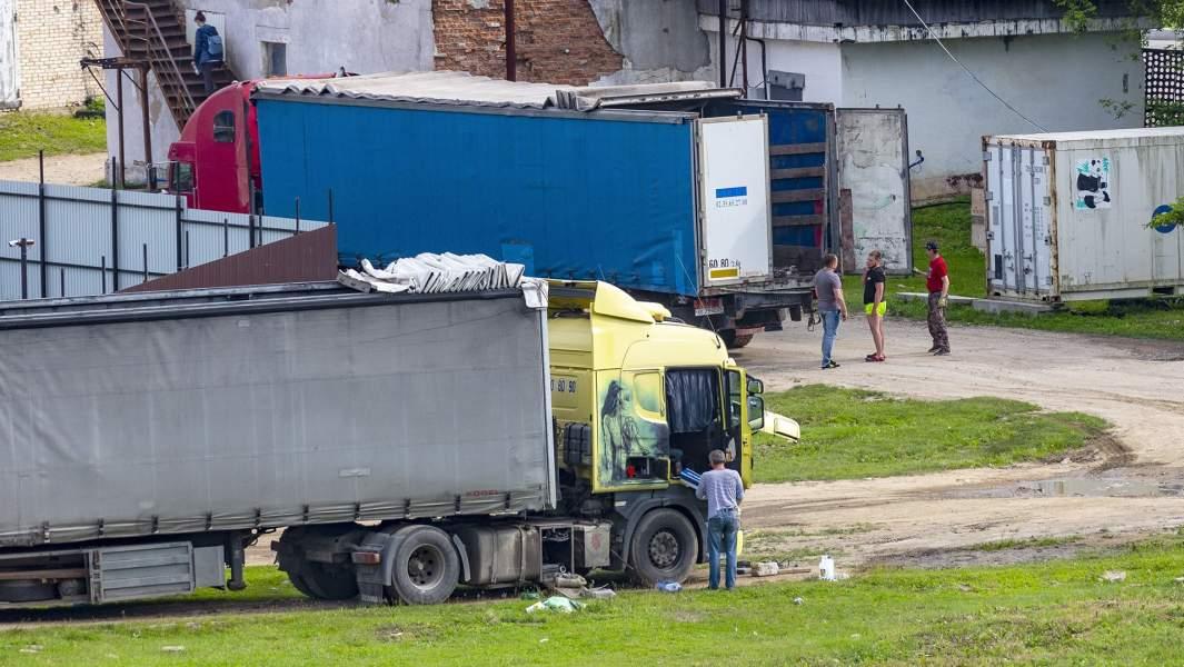 Грузовыеавтомобили, в которыеперегрузиликосаток, у причала в бухте Средняя в Приморском крае