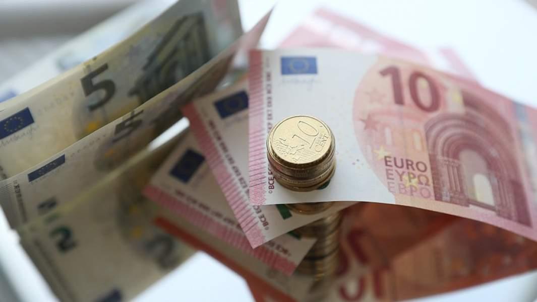 Банкноты и монеты евро различного номинала
