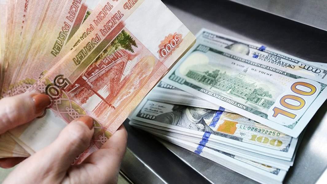 Доллары США и рубли в кассе по обмену валют