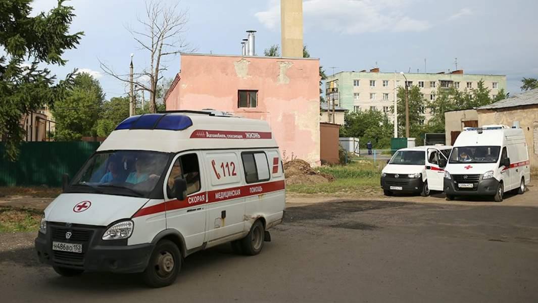 Автомобили скорой помощи неподалеку от проходной завода «Кристал» в Дзержинске