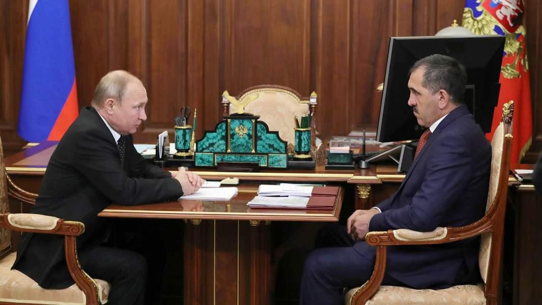 Президент РФ Владимир Путин и Юнус-Бек Евкуров (справа) во время встречи 26 июня 2019 года