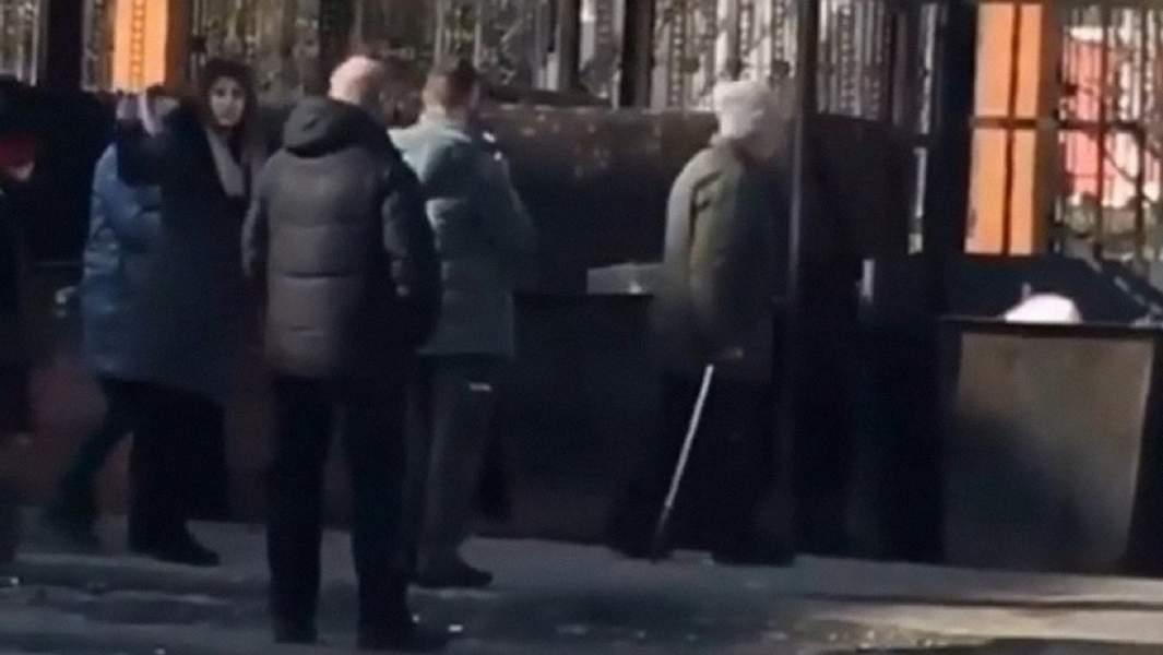 Скриншот с видео следственного экспериментагде предположительно принимает участие пенсионерка из Березовки