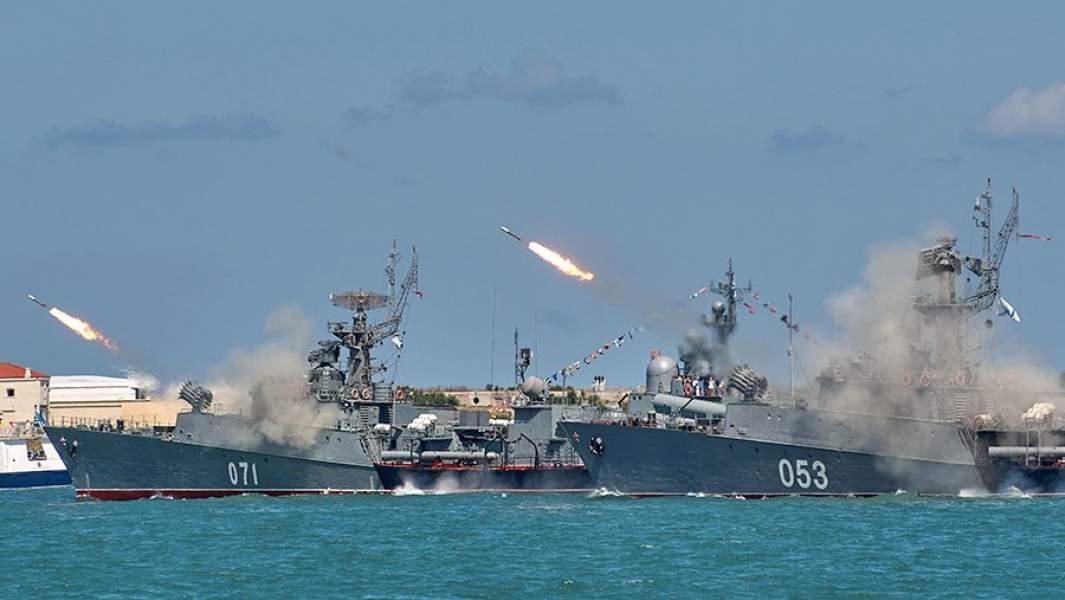Малые противолодочные корабли проекта 1124М «Суздалец» (слева) и «Поворино» во время военно-морского парада в честь празднования Дня Военно-морского флота России в Севастополе