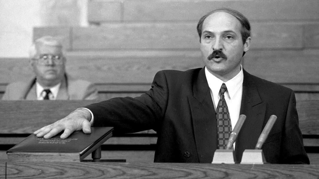 Первый президент Белоруссии Александр Лукашенко приносит присягу и произносит программную речь на заседании специальной сессии республиканского парламента, 1994 год