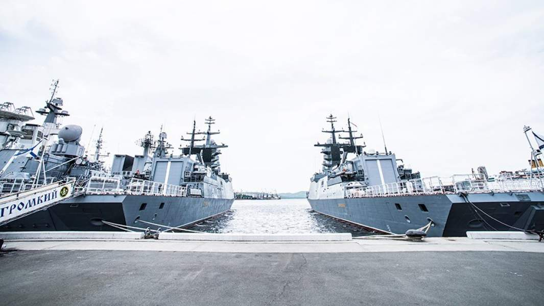Корветы проекта 20380 «Громкий» (слева) и «Совершенный» у причала Владивостока