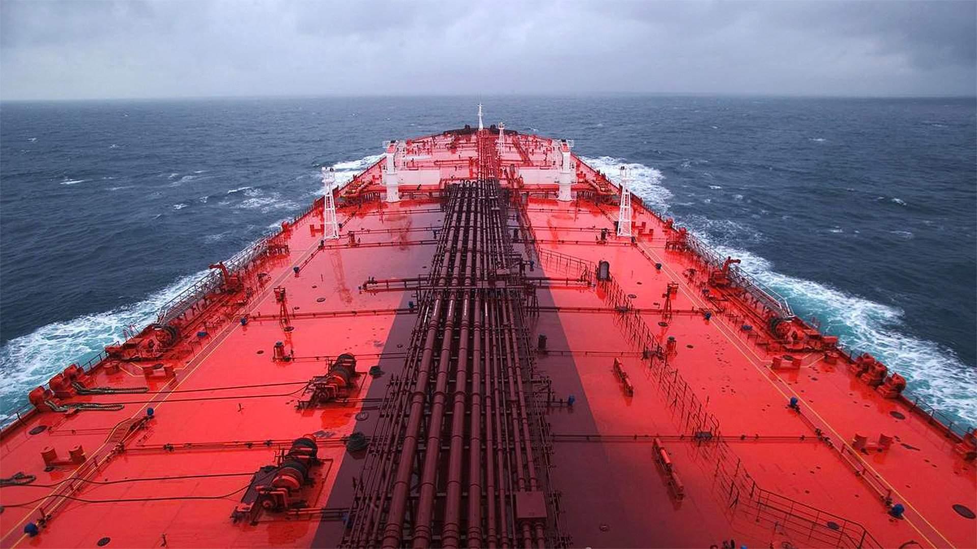 Йеменский нефтяной танкер вид сверху Ходейда море горизонт красный синий