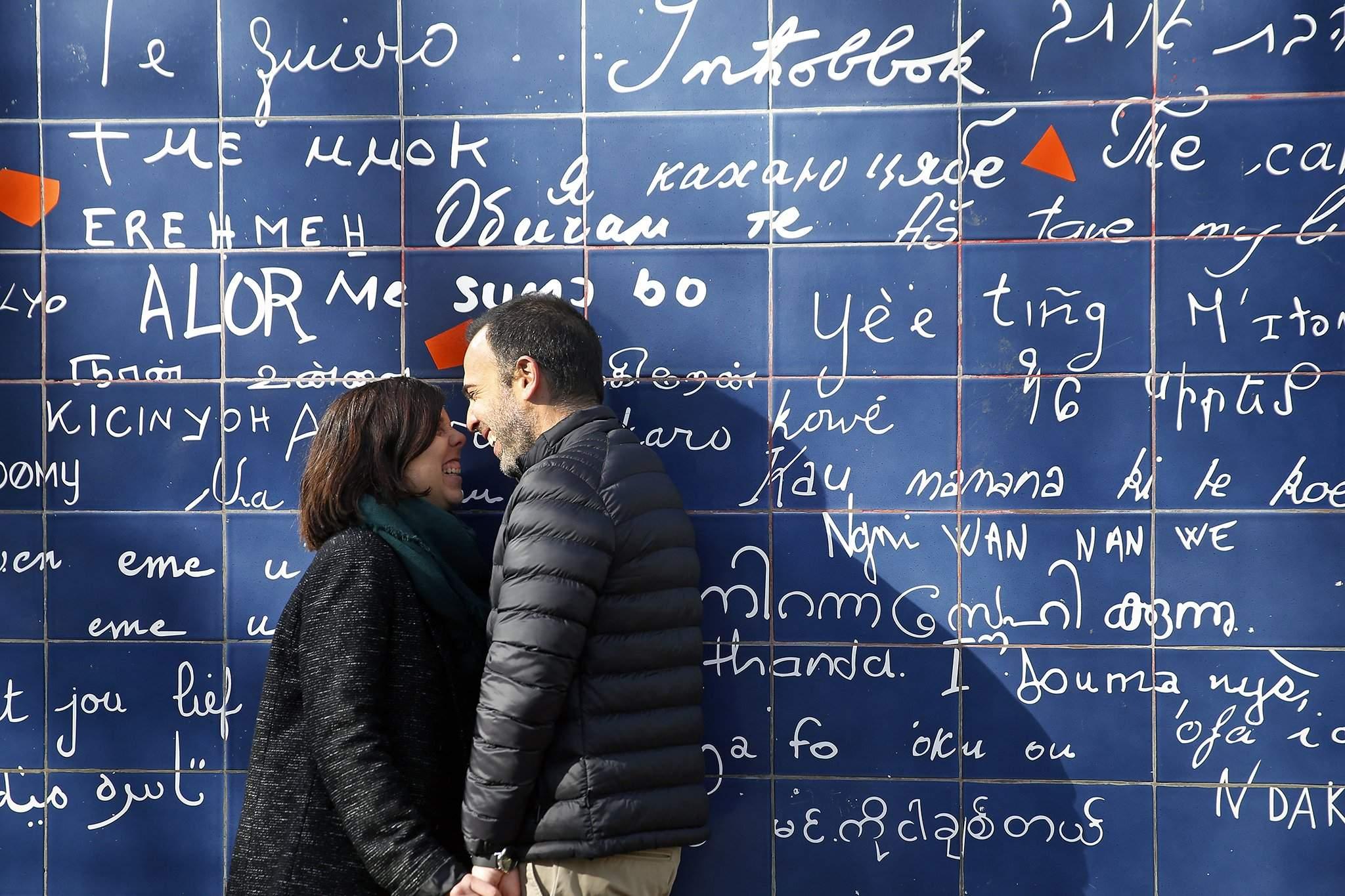 Парисын Монмартрт хайраа илэрхийлэх тусгай самбар бий.