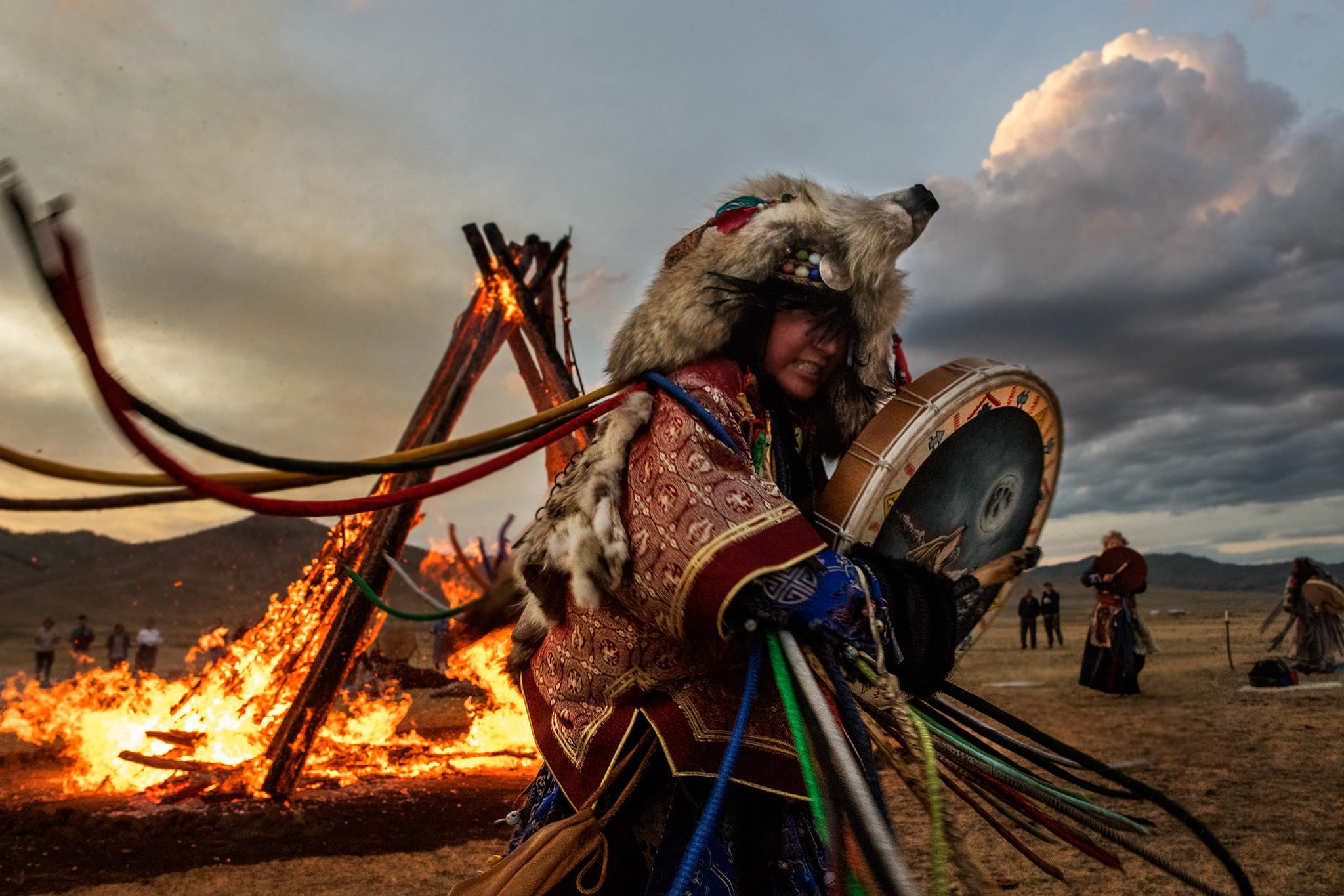 Албан ёсны тоо байхгүй ч Монголд 10 мянган бөө, удган байдаг гэнэ. Тэд мэргэжлийн холбоо, олон нийтийн байгууллагад нэгдсэн байдаг.