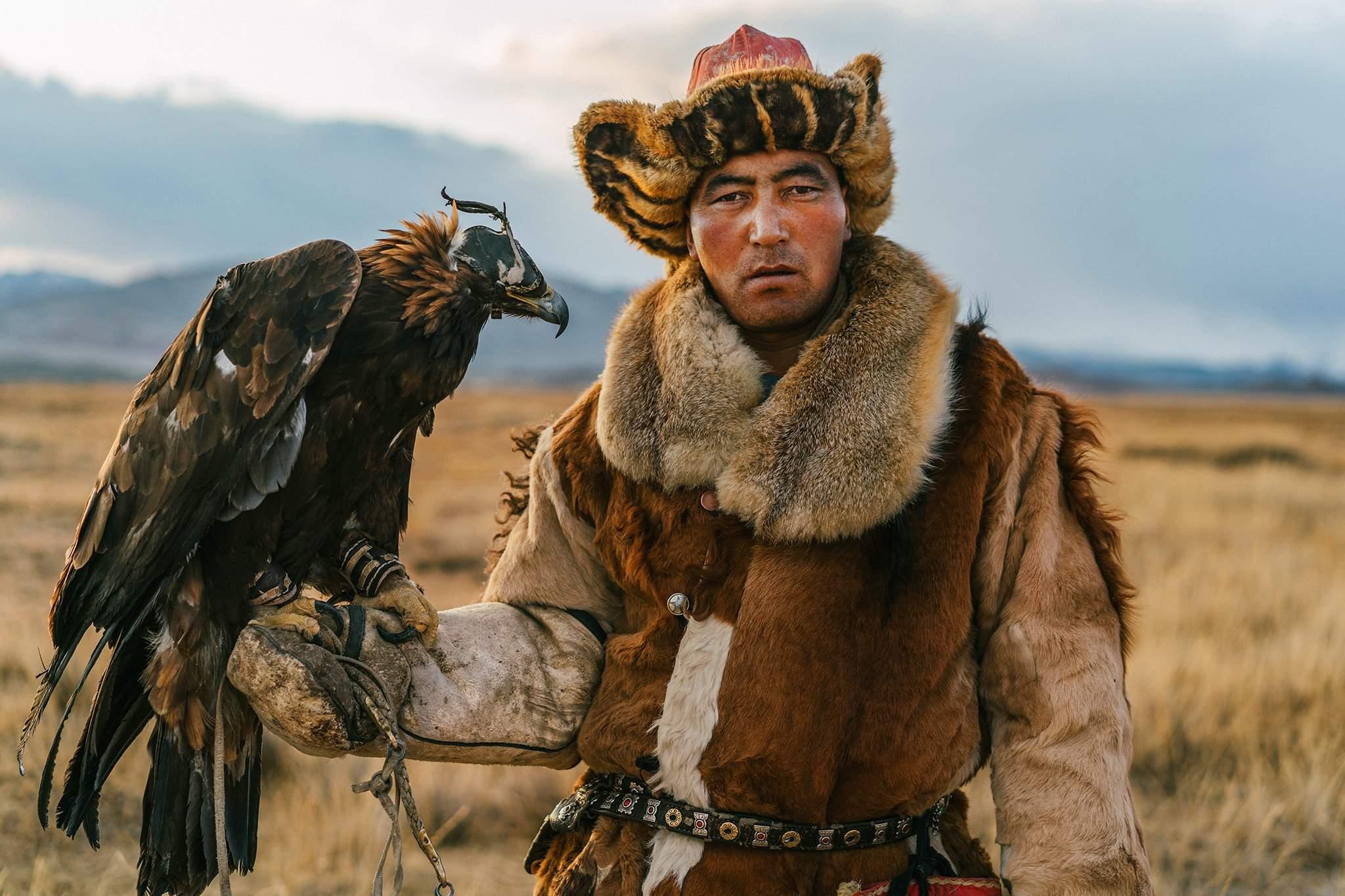 Монголчууд бүргэдээр үнэг, туулай агнадаг.