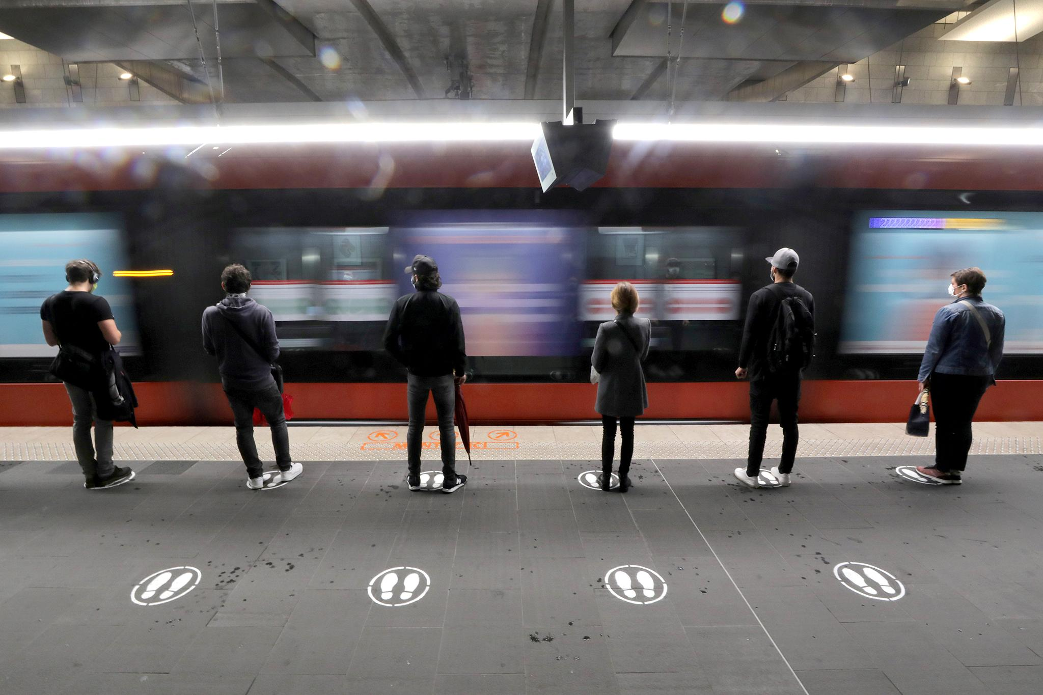 Ниццагийн метрогоор зорчигчид зайгаа дуулгавартай барьдаг.