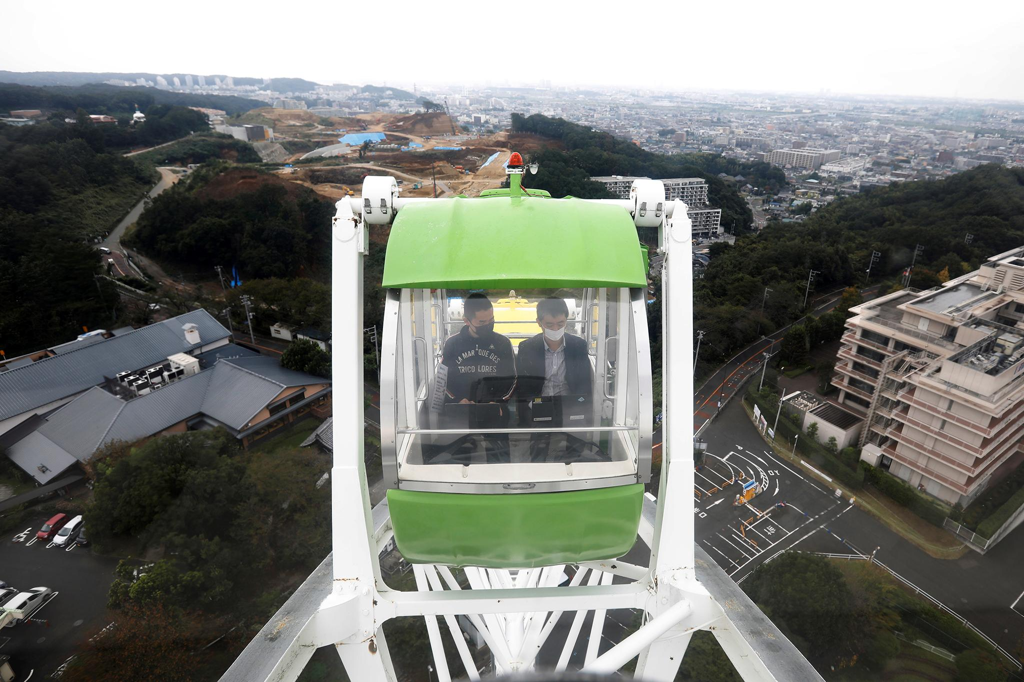 Токиод ажил хэргийн гэрээг бүгчим өрөөнд биш паркад алсыг харагч дотор хийдэг шинэ трэнд гараад байна.