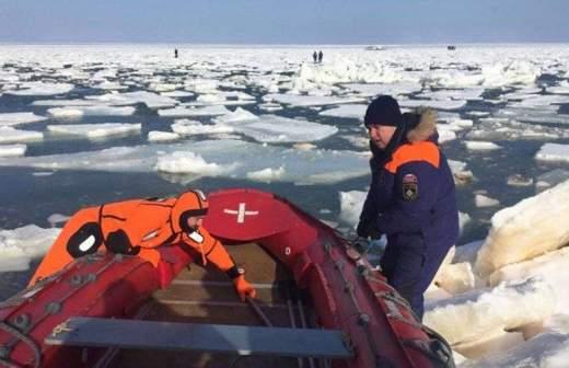 Льдина с рыбаками оторвалась от берега на Сахалине