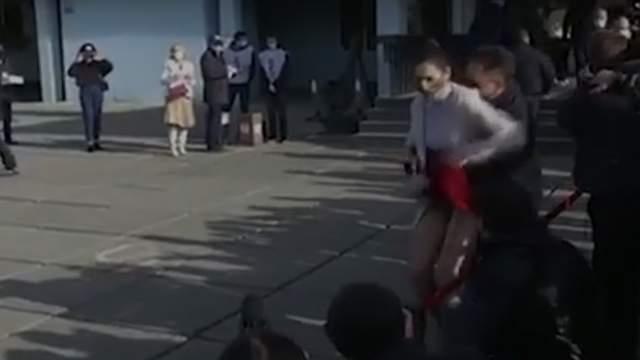 Девушка со свистком