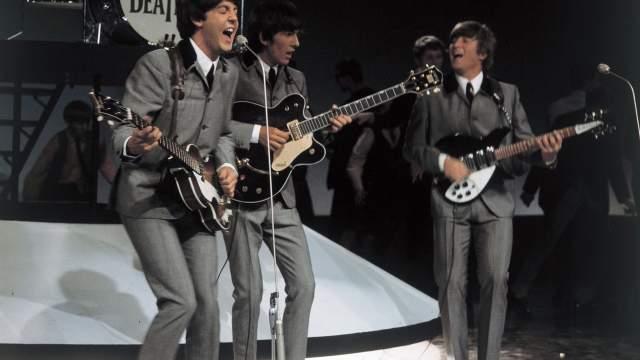 В первом составе The Beatles Маккартни играл на гитаре и лишь после ухода Стюарта Сатклиффа переключился на бас. В 1962 году он приобрел свой самый знаменитый бас-«скрипку» Hofner 500/1. Пол — левша, а благодаря симметричной форме корпуса на этой модели было удобно играть, переставив струны под «неправильную» руку