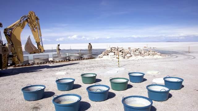 Добыча соли на солончаке Уюни
