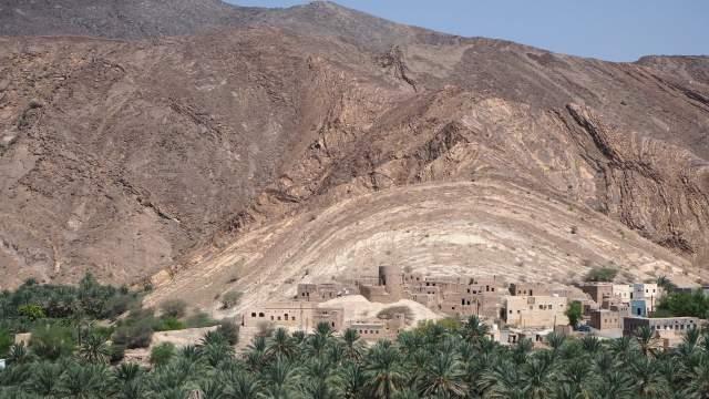 Вид на оазис и древнюю крепость в предгорье Джебель-Ахдар