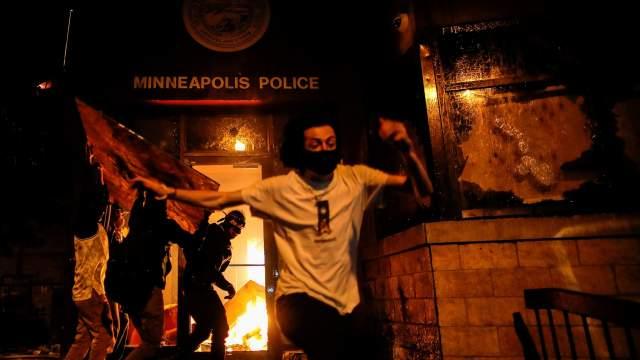 В Миннеаполисе протестующие сожгли полицейский участок