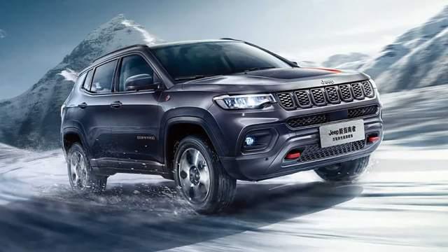 Доберется до российского рынка и обновленный кроссовер Jeep Compass, недавно представленный на автосалоне в Гуанчжоу. Внешне он изменился незначительно, зато интерьер кардинально поменяли, сделав его более богатым и солидным. По технике вряд ли стоит ждать серьезных изменений