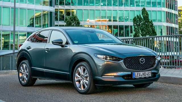 В середине января Mazda начнет продажи компактного кроссовера CX 30. Низкий спортивный силуэт сочетается у него с мощным внедорожным обвесом. Двигатель 2.0 мощностью 150 л.с. сочетается с «механикой», «автоматом», полным и передним приводом. Цены стартуют от 1 млн 620 тыс рублей