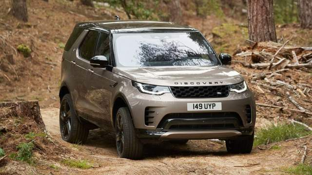 Land Rover начал принимать заказы в России на обновленный внедорожник Discovery. Он незначительно изменился внешне и теперь предлагается с трехлитровым шестицилиндровым бензиновым мотором мощностью 360 л.с. или дизелем, развивающим 249 л.с.Цены на автомобиль начинаются от 5 599 000 рублей