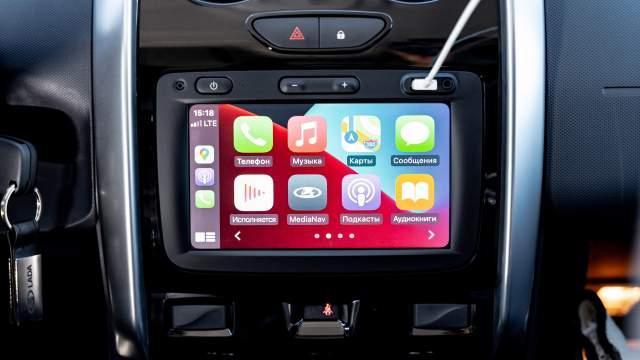 Мультимедийная система поддерживает интеграцию со смартфонами. Но чтобы выйти из Apple CarPlay, приходится вытаскивать шнур