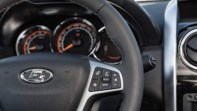 Новый руль с множеством кнопок и подогревом позаимствован у Lada Xray