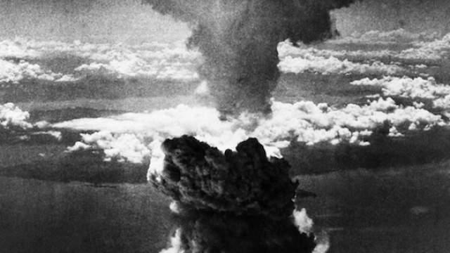 Взрывная волна выбивала стекла в домах на расстоянии до 19км по всей Хиросиме, а пожары охватили площадь свыше 11 км², запирая в огненной ловушке всех, кто не успел выбраться из города в первые минуты после взрыва. Фото: ТАСС/AP
