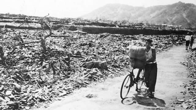 О явлении «радиоактивного заражения» в то время еще не знали, поэтому эвакуации населения из пораженных облучением районов не проводилось, а люди восстанавливали свои дома на старых местах. Фото: ТАСС/The Granger Collection