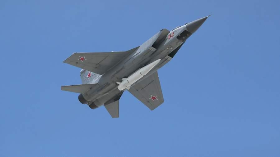 """携带""""匕首""""高超音速导弹的米格-31超音速截击机(俄罗斯《消息报》网站)"""