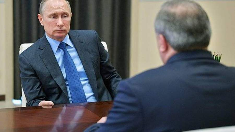 Владимир Путин выслушивает доклад