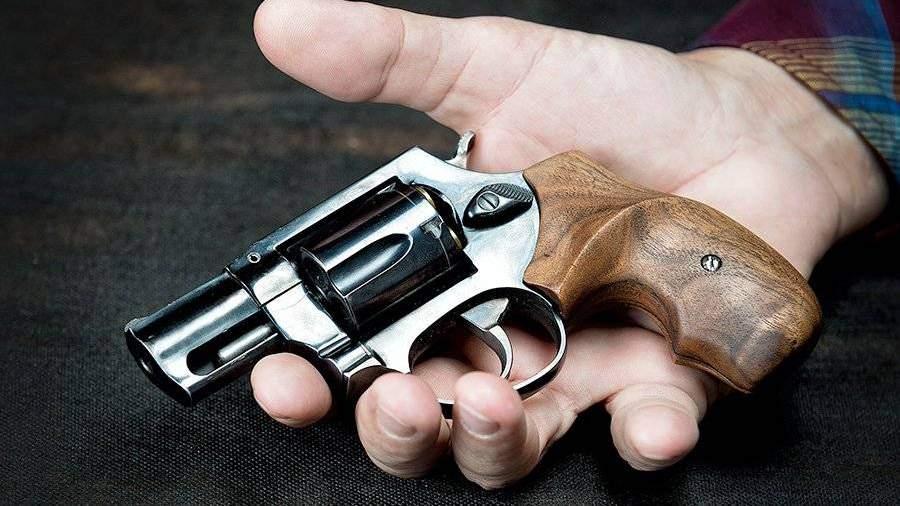 Пенсионер с пистолетом в берлине заставлял девушку уступить ему место